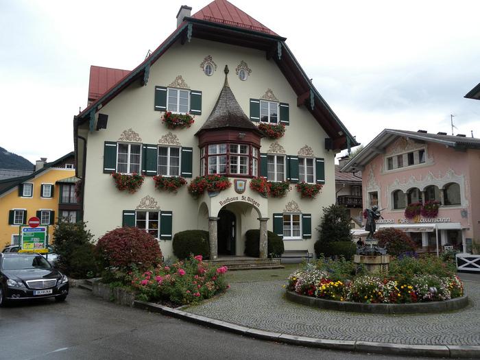 女子心をくすぐるような可愛い家々が立ち並ぶ「ザンクト・ギルゲン」。 写真右、幼い頃のモーツァルト像に出会える町としても有名です。