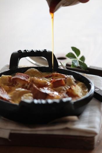 熱々がたまらない!パン・プディング。バナナの程よい酸味とメープルシロップの優しい甘さが意外とあっさりしていて、朝ごはんにもぴったり!生地にはお甘みをつけずに、メイプルシロップで甘さの調節をしましょう。