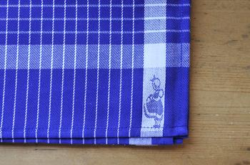 青の色の発色がキレイな格子模様のキッチンタオル。端には買い物カゴを持つイヤマちゃんの姿が織り込まれています。手触りも良く丈夫なコットン生地なのでしっかり水気を吸い取ってくれますよ。