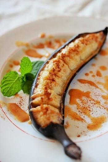 とにかく簡単な焼きバナナレシピ。皮付きのままのバナナをグリル(トースター)で中火で片面5分、ひっくり返して5分焼き、特性ソースをかけてシナモンをふりかければ完成!生のバナナとはまた違った甘さや風味が楽しめる焼きバナナ、ぜひ試してみて下さいね。