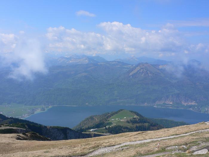 山頂駅に到着。ヴォルフガング湖と山々の素晴らしい眺めが広がります。  山頂の北側からはアッター湖、北西側からはモント湖も見渡せます。大パノラマの絶景をぜひ楽しんでくださいね。 (写真は北西側からの眺め)