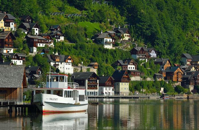 町から駅のある向こう岸までは渡し船があります。 わずか10分程ですが、世界遺産にも登録されている町と景観を湖から見ることができるのでおすすめです。