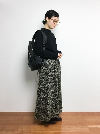 やわらかなふんわりニットと小花柄のスカートは、大人っぽく女性らしい印象に。光沢感のあるリュックはニットとの素材感の違いを楽しむことができます。