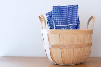 ブランケットやスリッパを入れたり、キッチンに置いて野菜を保存したり。小さめのサイズなので場所を取らず、使いみちがいろいろあります。