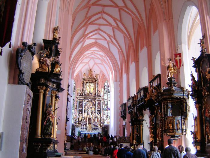 内部は淡いピンク色の柱があり、美しく厳粛な雰囲気の中にも可愛らしさがあります。  祭壇の作りは見事。ステンドグラスの窓から差し込む光が神秘的です。