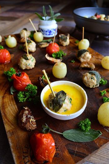 スパイシーなハーブか織る自家製ソーセージやマッシュルーム、ペコロスをチーズフォンデュにつけて食べる大人のおつまみ。温めたチーズフォンデュを真ん中に置いて あつあつのフライパンのまま食卓に出せば、食べ終わるまで温かくバルのようにおしゃれ!