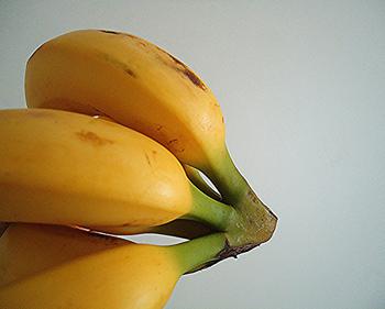 ここで、いくつかバナナを長持ちさせる方法を2つ程ご紹介したいと思います。ひとつ目は、バナナの茎の部分をなるべく空気に触れないように、ラップで巻いておく方法。こうすると、黄色い状態が長続きするんだそうですよ。もうひとつは、40~50℃のお湯にバナナを5分間つけ、取り出して冷ましてからラップにくるんで野菜室で保存する方法。そのまま置いておくより、3倍ほど長持ちするそうです。是非!試してみてはいかがでしょうか。
