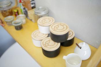 シンプルな形状の磁器にイヤマちゃんの焼き印の木製のふたがとてもかわいいキャニスター。木製のスプーンが付いています。色は白と黒の2色。調味料をいれたり、小物をしまったり、使い方がいろいろありそうですね。