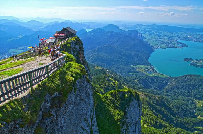 シャーフベルクの標高は1783m。山頂には山小屋があり、ホテルやレストラン、カフェなどを営業しています。  こんな岩山に建っているんですよ。ぜひ、登山鉄道に乗って迫力のある景色を堪能してみてくださいね。