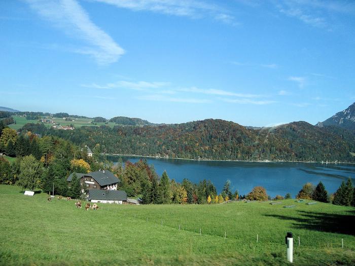 モント湖(モントゼー)はドイツ語で「月の湖」という意味。地図や山頂からみると、いびつだが三日月の形をしているのだそう。湖岸には貸ボートや貸自転車があるので、のんびりとリゾート気分を味わうのもおすすめです。  回るのに1時間もあれば十分な小さな町、「モントゼー」。ぜひ、湖水地方ならではの風景も味わってくださいね。