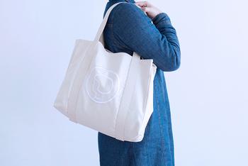 シンプルでナチュラルな生成りバッグは、どんなファッションにもなじみます。子どもっぽくないところもうれしいですね。お洗濯もできるのでキレイに保てますよ。