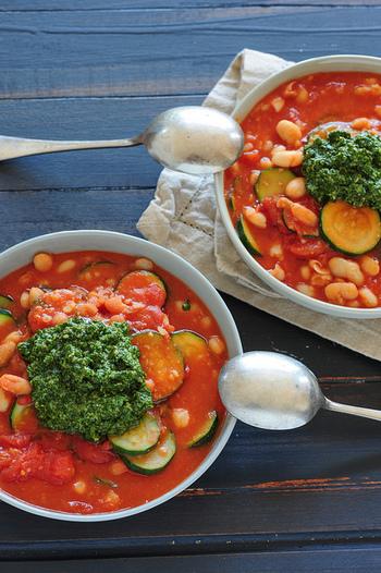 """トマトを使ったイタリアの野菜スープ""""ミネストローネ""""。本場イタリアでは、使う野菜も季節や地方によって様々なので、特に決まったレシピは無く、田舎の家庭料理として親しまれています。なかには、トマトを入れていないミネストローネもあるそうですよ。"""