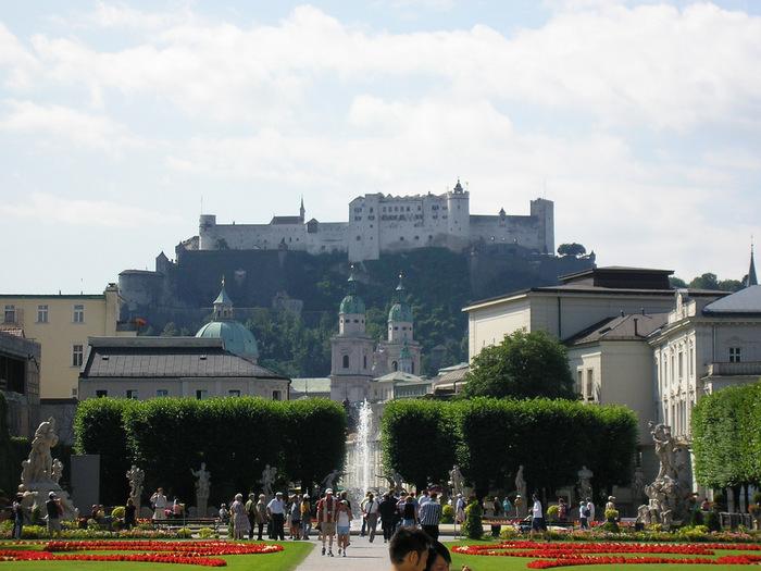 噴水前は人気の撮影スポット。庭園からは旧市街にある「ホーエンザルツブルク城塞」も見えます。