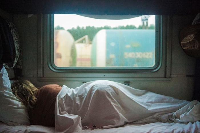 疲れたときは、寝るのが一番!リフレッシュのためにと、あれこれ調べ事をしていては予定をたてるだけでもさらに疲れてしまいます。そういうときは、とっとと寝てしまうのも得策。睡眠をたっぷり摂って気持ちも脳もすっきりさせて明日を迎えましょう。眠れない人は横になるだけでも大丈夫。横になって、目をつぶっているだけでも、脳と身体は回復してくれます。眠れない、と焦るのは時間の無駄!ぼぉ~としながら、楽しいことを考えたり、なりたい未来や自分を想像してみて。