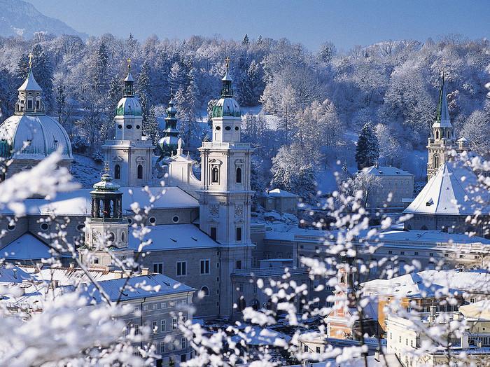 中世の面影を残す「ザルツブルク」と、ハルシュタットなど美しい自然も楽しめる「ザルツカンマーグート」の魅力をご紹介しましたが、いかがでしたか?  映画の舞台としてやモーツァルトの生誕の地としても人気の観光地、ザルツブルクは冬の時期もおすすめです。雪が降り積もった景色は幻想的な美しさ。ぜひ、行ってみてくださいね。