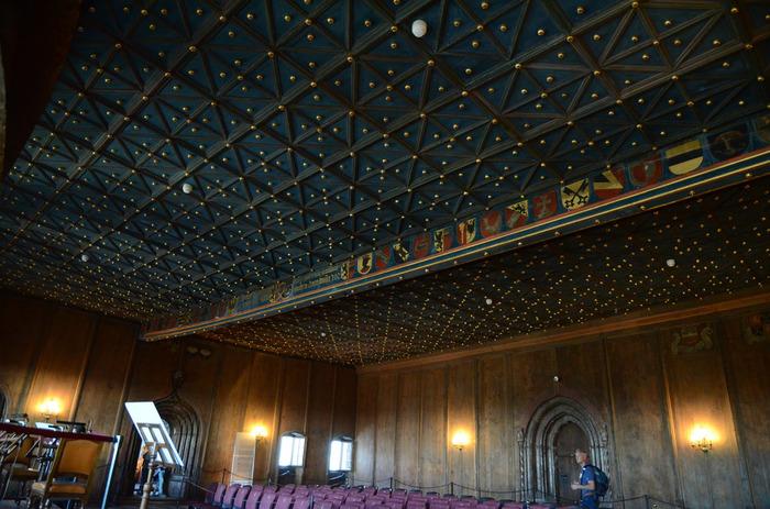 城塞の中では今もコンサートが行われています。まるで星空のような天井の「黄金の間」と呼ばれるホールで開催。モーツァルト生誕の地で聴くクラシックの音色に酔いしれるのも素敵ですね。