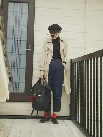 こちらもきれいめアウター代表のトレンチコート。ベレー帽と赤ソックス×ローファーで、どことなくフレンチなスタイリングに。きれいめのバッグで合わせたいところですが、リュックで適度にカジュアルダウンすると小慣れ感が出てとっても素敵です。