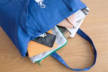 たくさん入るからお仕事バッグとしてもぴったり。持ち手も長いからコートを着たときも持ちやすいんですよ。
