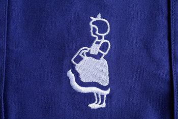 青色トートバッグは2008年に廃番になりましたが、ベルトが少し短くなった使いやすい横長モデルとして生まれ変わりました。生成りと比べると青色の方が横長で容量が大きく、持ち手も少し長めになっています。重さは約310gの生成りに比べ、青色が約215gと少し軽いつくりです。