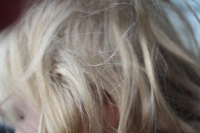 根元からとかしがちですが、ブラッシングは一番絡まりやすい毛先から優しくほぐしてましょう。その後ゆっくりと髪全体をとかすと静電気が起こりにくいですよ。