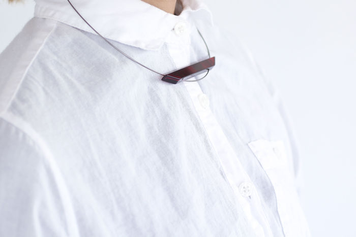 ワイヤーデザインには、眼鏡のチタンの曲げ加工を使用し仕上げています。ブレスレットやチョーカーもあり、トータルコーディネートを楽しめます。