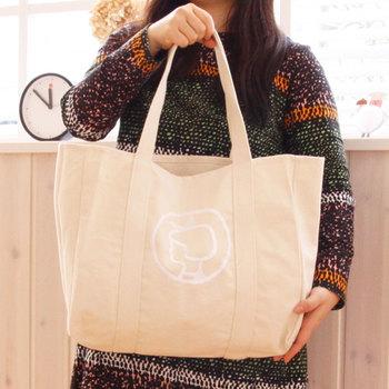 真ん中に大きくイヤマちゃんのロゴが白い糸で刺繍されたショッピングバッグ。 インド製の良質なオーガニックコットンを100%使用したキャンバス地の厚手で頑丈なトートバッグです。