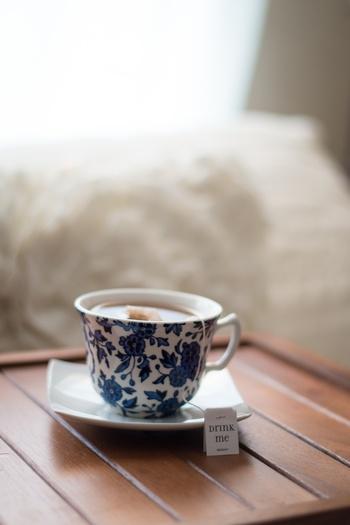 ハーブティや紅茶を目覚めの一杯に飲むのもオススメです。ハーブの香りは気分を穏やかにすっきりさせてくれますし、紅茶はカフェインが含まれているので、目が覚め、利尿作用もあるので排出を促してくれます。