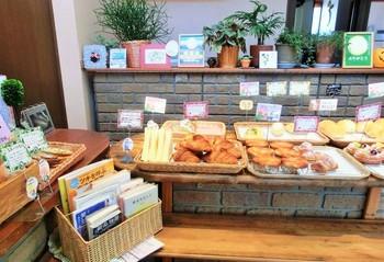 店頭に並ぶ食パン、山食、米粉パン、クロワッサンなど。おかずとともにいただく食事系パンに力を入れています。