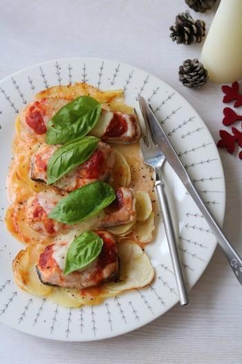 【鮭のピザ風グリル】 赤と白とグリーンのフレッシュカラーのオーブン焼き。簡単なのに見た目も豪華でパーティーにもぴったりの一品です。