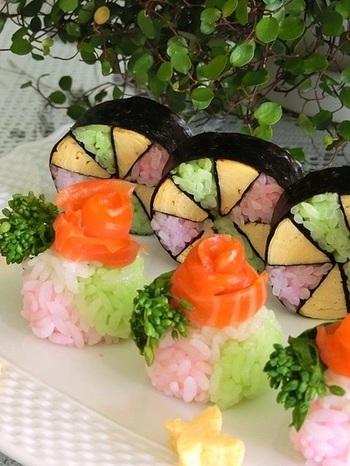 パーティーやおもてなしには、華やかな手鞠寿司も喜ばれます。くるくると巻いたスモークサーモンをちょんと乗せれば、お花が咲いたようで一段と綺麗!お寿司を丸く整えたあと、上部を少し窪ませるのがうまく乗せるポイントだそうです。