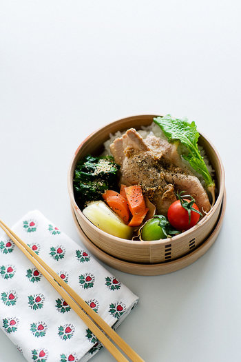こちらは豚の生姜焼きをどどーんと真ん中に!お弁当箱のふたを開けたときに、どどーんと生姜焼きがあれば、テンションが上がりますね!