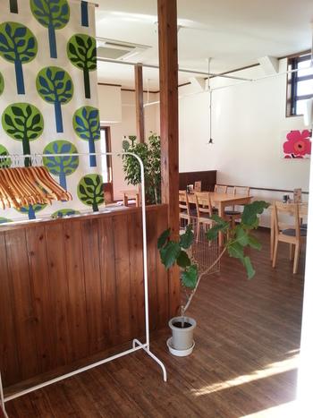 マリメッコの壁掛けなどが品よく飾られ、清潔感のある店内。