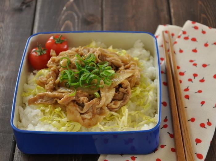 豚肉の生姜焼きをカレー味でアレンジした、和風カレーのっけ弁当です。キャベツを敷くことで直接ご飯にたれが染み込まないようにする、とってもniceなアイデアです。
