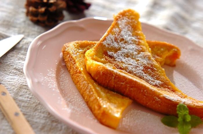 牛乳の代わりにアーモンドミルクを使ったフレンチトースト。いつもとは違うさっぱりとした味わいのフレンチトーストを楽しみませんか?アレンジで、豆乳やライスミルクなどで挑戦してみるのもありですよ!