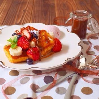 キャラメルソースを使ったスイーティーなフレンチトースト。トーストの上に、果物を並べればおしゃれですし、不足しがちなビタミンも補給できますね。おもてなしにもおすすめ。
