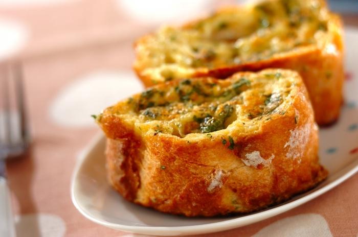 こちらは、粉チーズを使った甘くないフレンチトースト。サクッとした食感は、お酒のおともにもぴったりです。ワインを片手に晩酌を楽しんでみては?