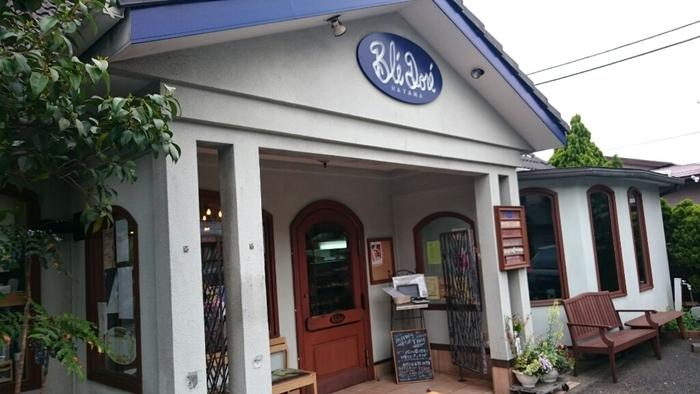 こちらはブルーの瓦屋根と白い外壁がさわやかな海を思わせる葉山のパン屋さん「ブレドール」。