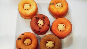 でも、この真ん中にいる「クマゴロウ」はじめドーナツはひとつひとつ全て手作りなんです。「油で揚げないドーナツ」なので低カロリーで安心です