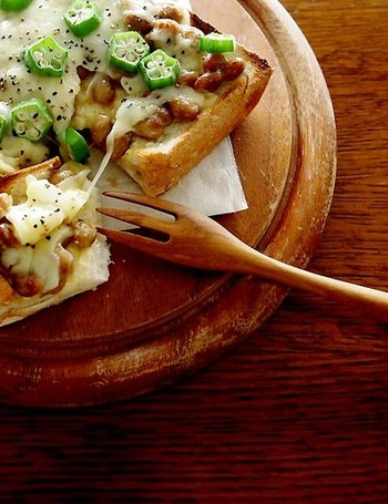 納豆にオクラの組み合わせも和食好きならおすすめ。とろーりチーズの組み合わせがあっさりとした味を引き立ててくれますよ。