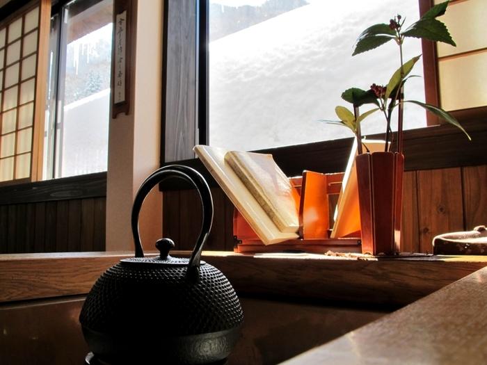 菅沼集落の喫茶店「茶房 掌(てのひら)」。囲炉裏のテーブルとカウンターの店内。散策の途中で一休みするのに丁度よい喫茶店です。
