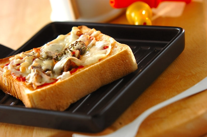 ピザトーストのアレンジレシピ。ピザトーストって結構定番ですが、オイルサーディンなどを利用して、自分なりにアレンジしてみるのも楽しいですね。