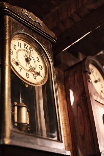 扉を開くと、そこはもう別世界。たくさんのアンティークなランプや時計がお出迎えしてくれます。