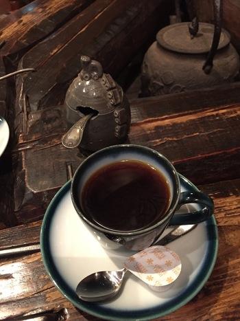 注文してから豆を挽いて淹れてくれるコーヒーは、やや酸味が強いのが特徴。この味が癖になって遠くから通ってくるお客さんも多いようです。カップになみなみと注いでくれます。 紅茶やバナナのパウンドケーキと一緒どうぞ。