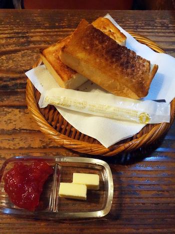 フードメニューはトーストのような軽食のみ。 薄暗く異世界のような空間へ、タイムスリップしてみませんか?