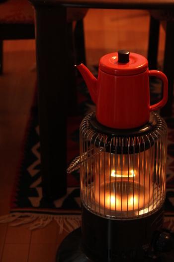 暖色系の中でも、炎をイメージさせる赤やオレンジのような暖かみのあるカラーがおすすめ。 ラグやリビングの小物を暖色系で揃えてみてもいいですね。