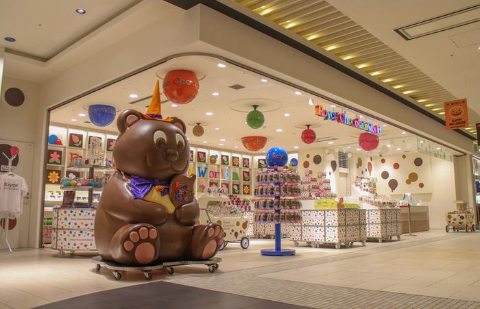 おもちゃ箱のようにポップでカラフルな外観が特徴のお店ですね!チョコレートの甘い匂いにもつられて、ふらっと立ち寄りたくなるお店です。