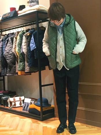 ラベンハムのベストは、素朴な風合いのざっくりニットとも好相性。ベスト×ニットの上品なレイヤードが、抜群に今っぽい雰囲気です。クラシカルなメガネやChurch'sのオジ靴など、センスが光る小物使いもお手本にしたい着こなしです♪