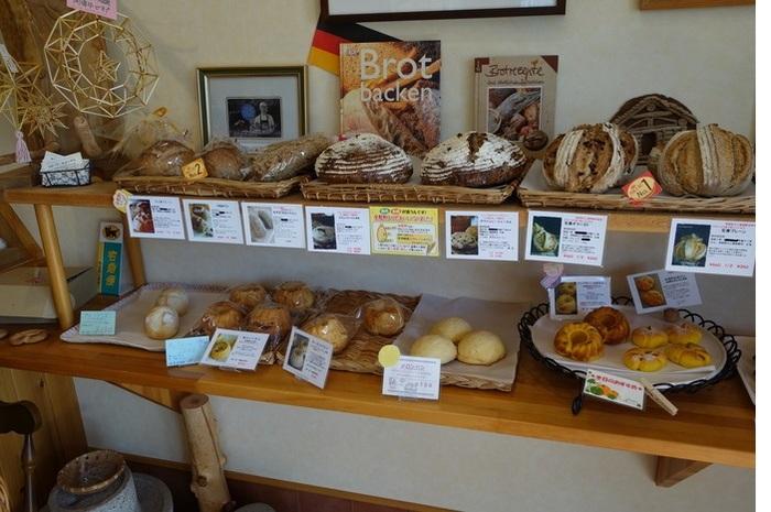 画像左上に見えるのは、フィンランドの魔除け「ヒンメリ」。お店では、『プンパニッケル』を焼く際、大量に出るライ麦の藁(わら)を保管し、ヒンメリを製作するワークショップも開催しています。