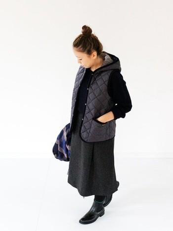 秋口から春先まで使えるベストは、一枚あると便利なアイテム。ラベンハムのベストは、スカートやパンツにも合わせやすいコンパクトなデザインが特徴です。全身をダークトーンでまとめたシックな着こなしは、大人っぽくてレディな雰囲気がとっても素敵です☆ロング丈のスカートを合わせることで、上品さとおしゃれ度がUP!