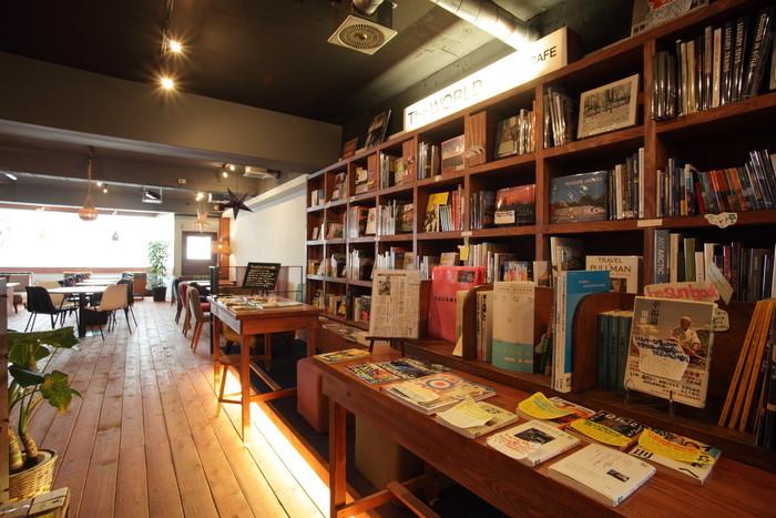 その名の通り、世界をテーマにした本が揃うブックカフェ。外国の風景やホテルなど「旅」をテーマにした写真集、ガイドブック、エッセイ、外国語で綴られたアートブックなどが並びます。店内で読みきれなかった本を2週間持ち帰れる「店内図書館」というサービスも(一部貸出不可の本もあります)。